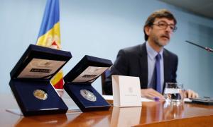 Presentació de les monedes commemoratives del 25è aniversari de la Constitució: de 50 euros, de cinc euros i de dos euros.