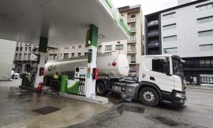Un camió cisterna subministrant carburant en una estació de servei del Principat.
