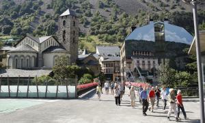 Turistes que accedeixen a la plaça del Poble des de la rambla Molines.