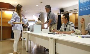 Una afiliada votant a la seu de la CASS.