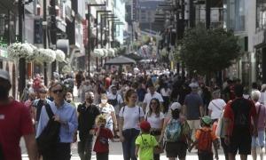 L'eix comercial segueix mostrant una gran quantitat de visitants anant amunt i avall.