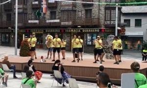 Un moment de l'actuació de la Xaranga Bandsonats ahir a la plaça Coprínceps.