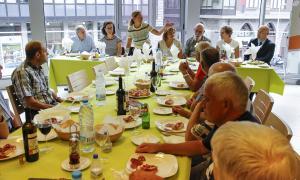 Imatge d'alguns dels usuaris dels horts del Sucarana al dinar de germanor.