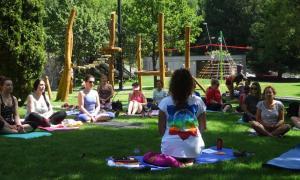 Una de les sessions de ioga al Prat Gran.