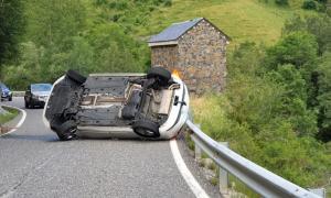 El cotxe bolcat a la carretera de l'Aldosa.