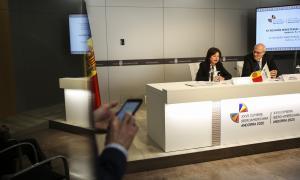 Verònica Canals i Marcos Pinta Gama en el moment de signar la declaració aprovada.