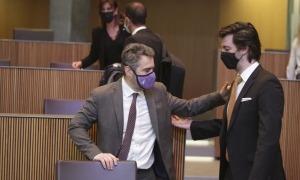 El titular de Finances, Eric Jover, i el president del grup demòcrata, Carles Enseñat, abans de l'inici d'una sessió del Consell General.