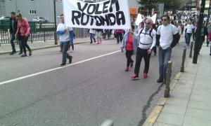 Centenars de persones van participar a la marxa dels treballadors del Punt de Trobada fins a la plaça del Poble, ahir al matí.