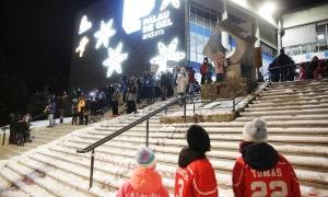 Imatge de la cadena humana que va tenir lloc dijous passat contra el tancament del Palau de Gel.