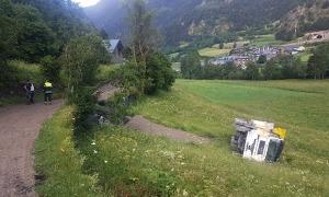 El camió bolcat al costat del camí ral, al Serrat.