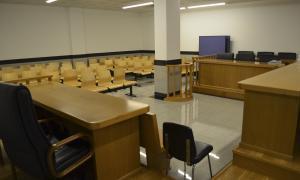 Dos anys i mig de presó per pegar i amenaçar la mare de la filla