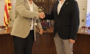 Francesc Viaplana, ja com alcalde, saluda Jordi Fàbrega, de qui pren el relleu.