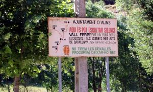"""Un cartell on es pot llegir """"Aquí es pot escoltar silenci"""" al poble d'Alins, a la Vall Ferrera."""