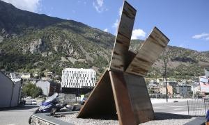L'obra de Palazuelo està plantada des del 2013 al començament de la carretera de la Comella i és propietat de la família Cierco.