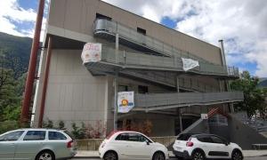 La façana de l'Albó encara conserva missatges d'ànims amb relació a la pandèmia.