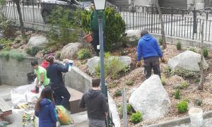 Els joves han treballat en l'enjardinament de la zona d'esbarjo de davant l'Esplai.