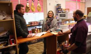 Aaron Comella va visitar els comerços del Pas acompanyat de Sandra Cano.