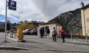 La cua que es va formar a l'aparcament Camp de la Tanada.