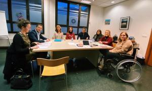 Un moment de la reunió del grup parlamentari del PS amb membres de la FAAD.