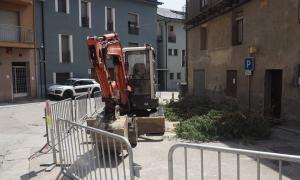 Inici de les obres a la plaça de l'Arbre de Castellciutat, ahir al matí.