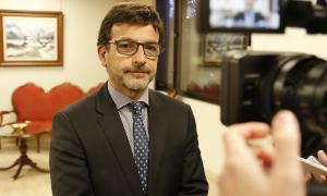 El ministre de Finances, Jordi Cinca, durant la compareixença per explicar la notícia davant dels mitjans.