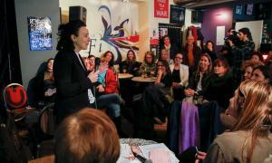 Un moment de la presentació d'Acció Feminista, ahir a la tarda, a La Fada Ignorant.