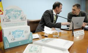 El ministre d'Ordenament Territorial en funcions, Jordi Torres, i el president de la Comissió d'accessibilitat, Albert Llovera, ahir.