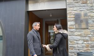 Cèsar Marquina i Ester Molné, ahir davant l'edifici Els Arcs de la Massana.