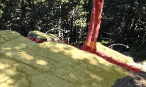 Amb vermell, l'esquerda que han provocat les arrels del pi; les fletxes indiquen cap on podria caure el roc si s'acaba esberlant.