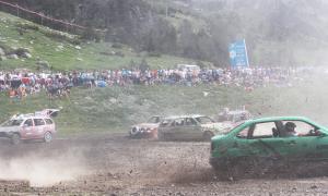 Centenars d'espectadors vibren amb el Crash Car