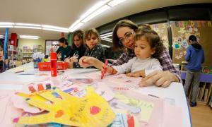 Un mural fet per nens i nenes commemora el Dia universal dels drets dels infants a la biblioteca d'Encamp