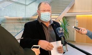 El conseller general del grup socialdemòcrata, Jordi Font, atenent els mitjans.