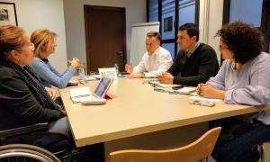 Un moment de la reunió dels consellers liberals amb els representants d'Amida i d'Autea.