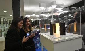 Dues noies observen les maquetes de l'Espai Roqué a la Politècnica de Catalunya.