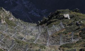 Xarxes d'allaus instal·lades als corredors que hi ha a l'accés a França.