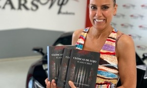 Belén Montero, la novel·lista debutant, amb exemplars del llibre, publicat per Círculo Rojo.