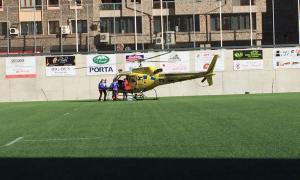 La dona va ser evacuada en helicòpter pels bombers.