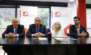 Jordi Ribó, vicepresident de Fiabci, Jordi Galobardas, president de l'AGIA, i Alex Escudero i Hanne Sagalowsky Realtor, de NAR, ahir.