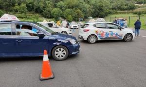 Vehicles de les autoescoles en el camp de pràctiques de conduir del Govern.
