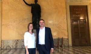 La ministra Sílvia Calvó amb el diputat François-Michel Lambert a l'Assemblea Nacional francesa, ahir.