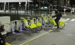 Una de les estacions del servei de bicicleta elèctrica compartida.