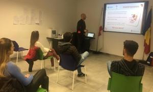 Participants al taller de formació que la Creu Roja ofereix als voluntaris.