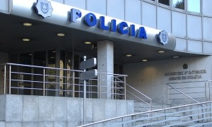 Vista exterior de l'edifici central de la policia.