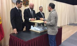 El cap de Govern, Xavier Espot, en el moment de votar el dia de les eleccions comunals.