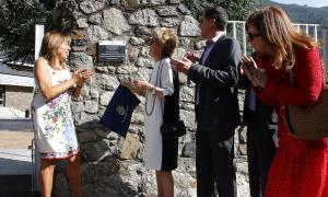 Moment de la descoberta de la placa amb el nom d'Estadi Comunal Joan Samarra Vila.