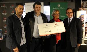 L'entrega del xec al president de l'Associació andorrana contra el càncer (Assandca).