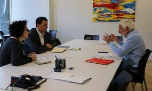 Un moment de la trobada de Jordi Gallardo i Judith Pallarés amb el secretari de la Federació de la Gent Gran, Lluís Sàmper.