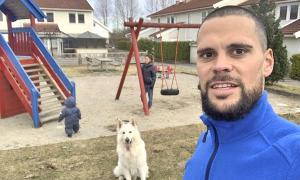 El defensa central internacional Marc Vales amb la seva parella Iris i el seu fill Nathan i el gos, Melkor, a un parc de Sandefjord.