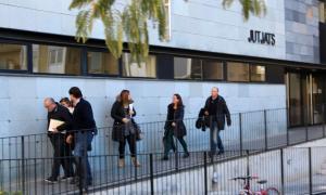Les mestres i el director de l'escola Albert Vives de la Seu d'Urgell sortint del jutjat.