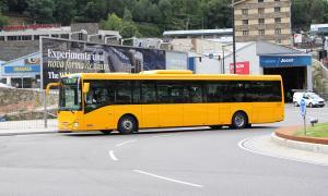 Un autobús de línia regular circulant per Andorra la Vella.